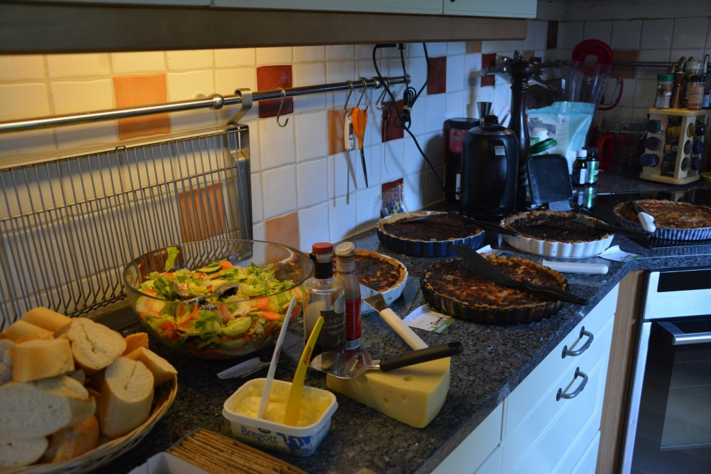 Bara att ställa fram all mat och gästerna tar för sig