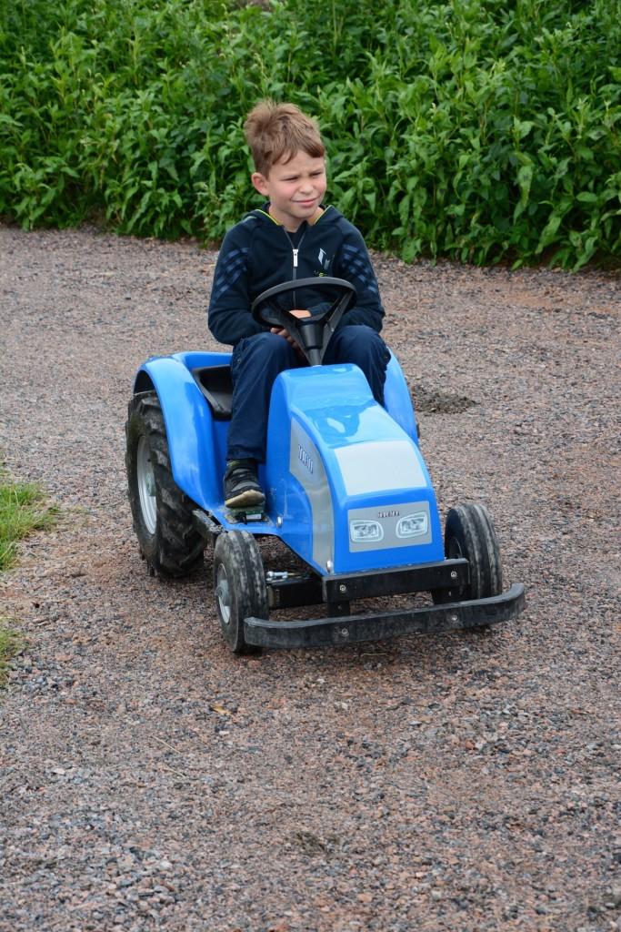 Gus kör runt på en el-traktor.