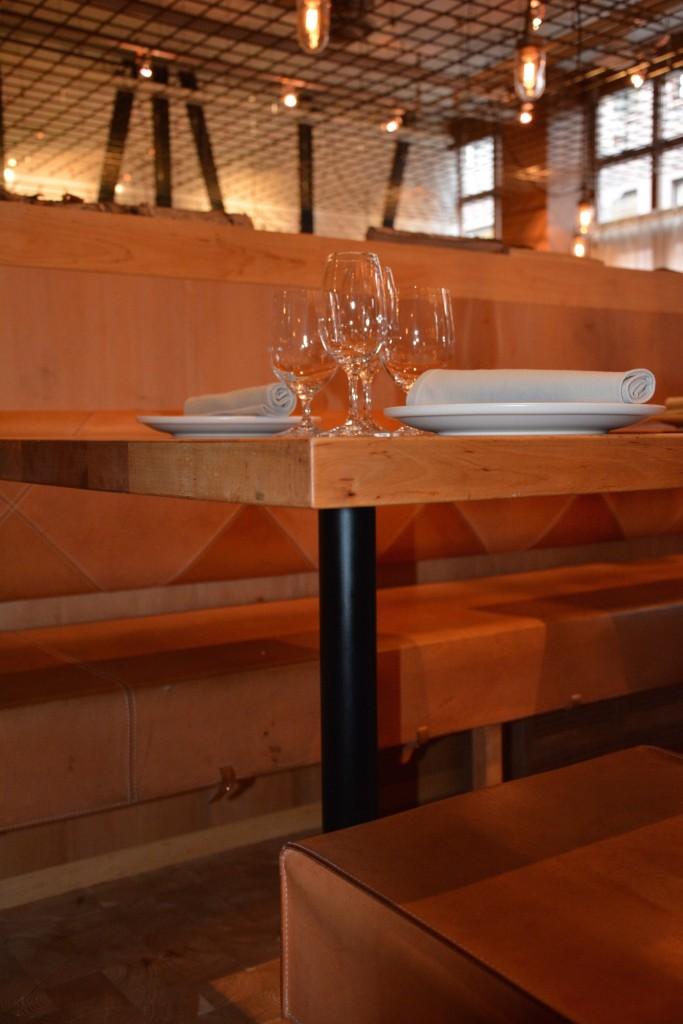 Inredningen är skandinavisk design med material som alträ, läder, koppar, kalksten och korsvirke.