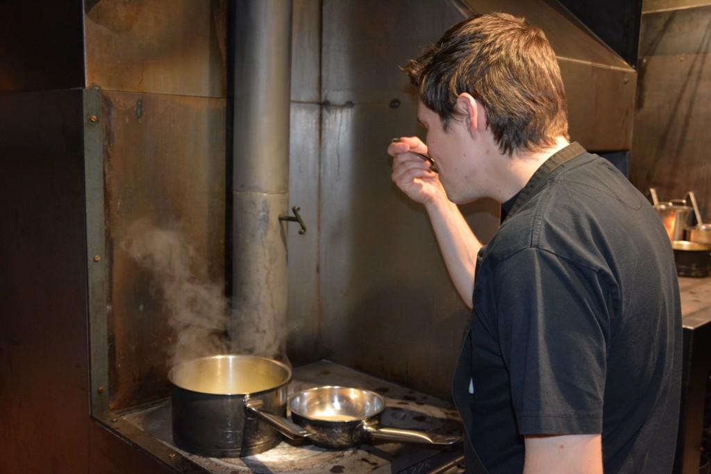 Buljongen smakas av köksmästaren Rodrigo Perez.