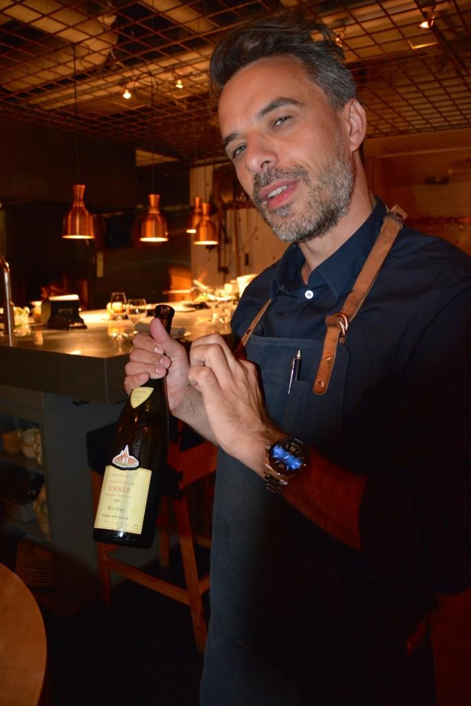 Min servitör för kvällen presenterar kvällens första vin.
