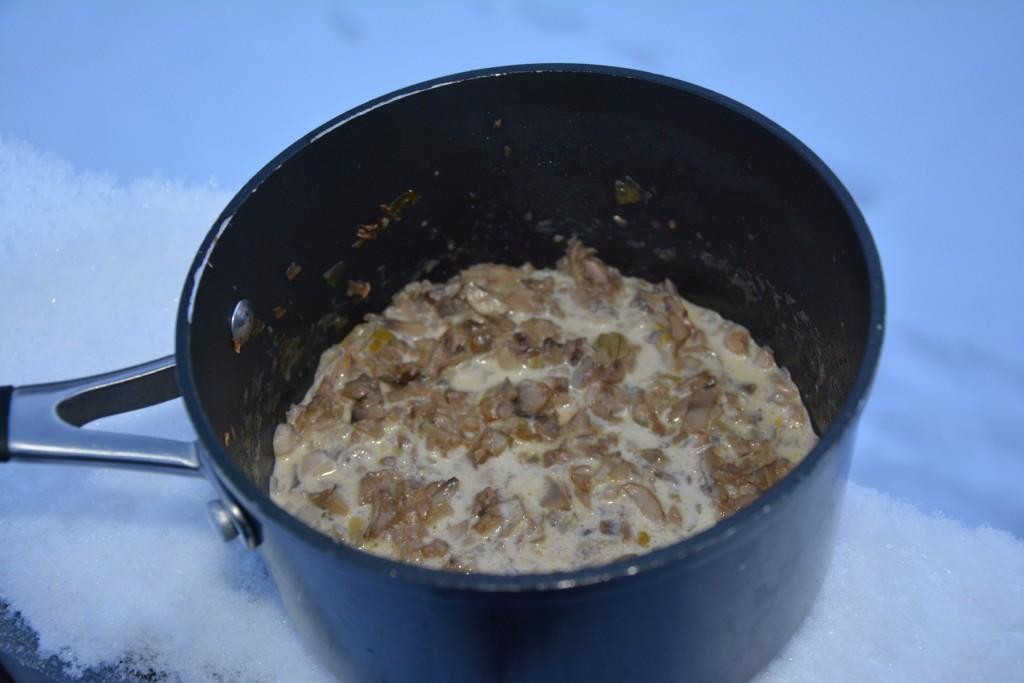 Svampduxelle som läggs på köttet - förberedd