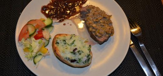 En första portion Svampbakad oxfilé med grönkålsfylld potatis - jag lovar, du får inte nog av bara en potatishalva och en köttbit