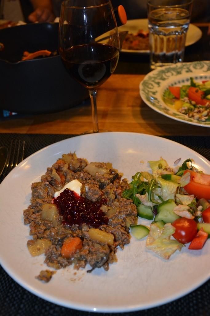 Servera grytan med creme fraiche, lingonsylt och fräscha grönsaker.