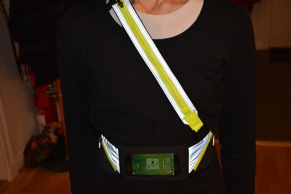 IQ-bältet är ett bälte klätt i reflex och har en rem både runt midja och över axeln.