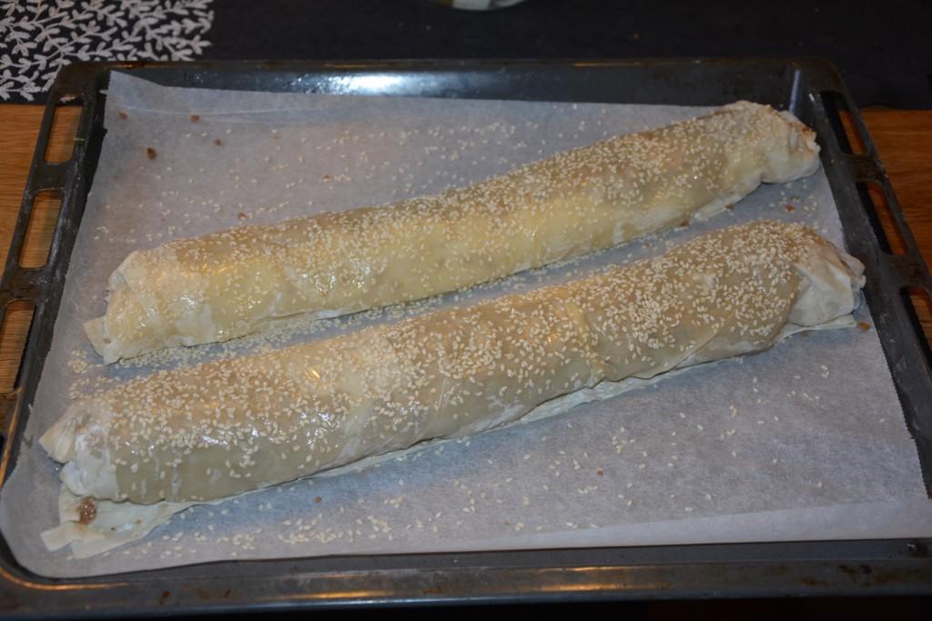 Förbered filodegsrullarna och lägg i kylen i väntan på gästerna.