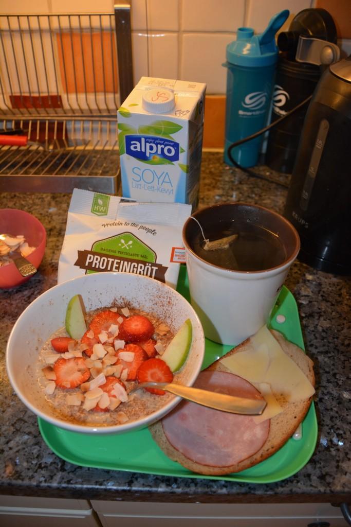 Proteingröt med god topping, nyttig smörgås, te och ägg - en perfekt start på min dag!