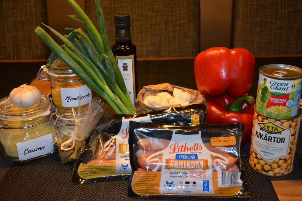 En härlig korg fylld med ingredienser för att kunna laga fredagskocken Mattias Larssons couscoussallad med grillad kycklingkorv, ingefärscrème och morotspesto