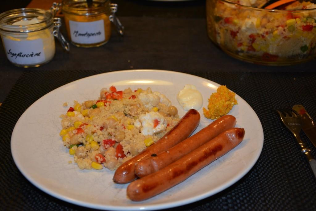 Grillad kycklingkorv med couscoussallad, ingefärscrème och morotspesto