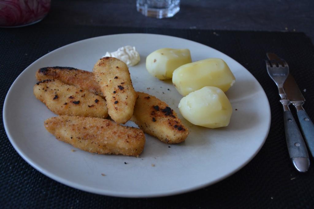 Kycklingpinnar med potatis och sås
