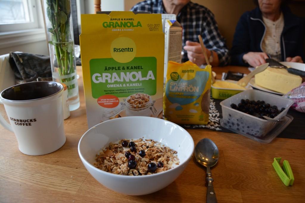 En riktigt god frukost med granola och gyllene linfrön