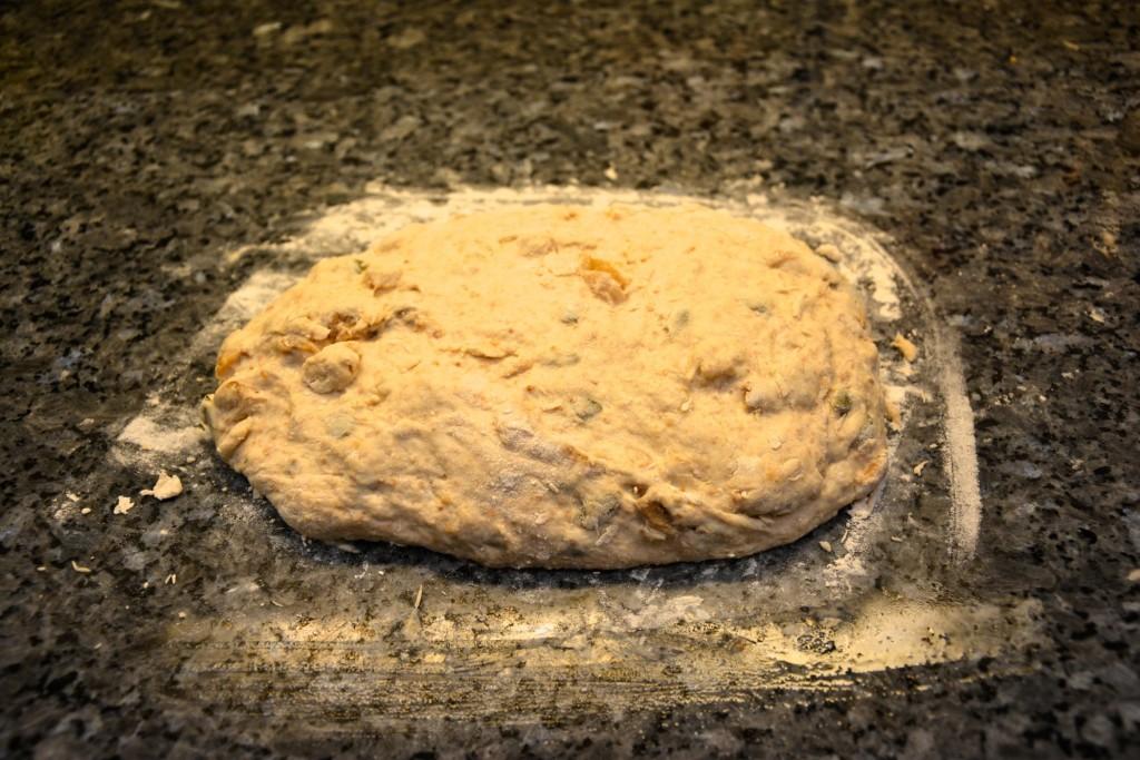 På morgonen häller du bara ut degen på mjölat bakbord medan ugnen kommer upp i temperatur