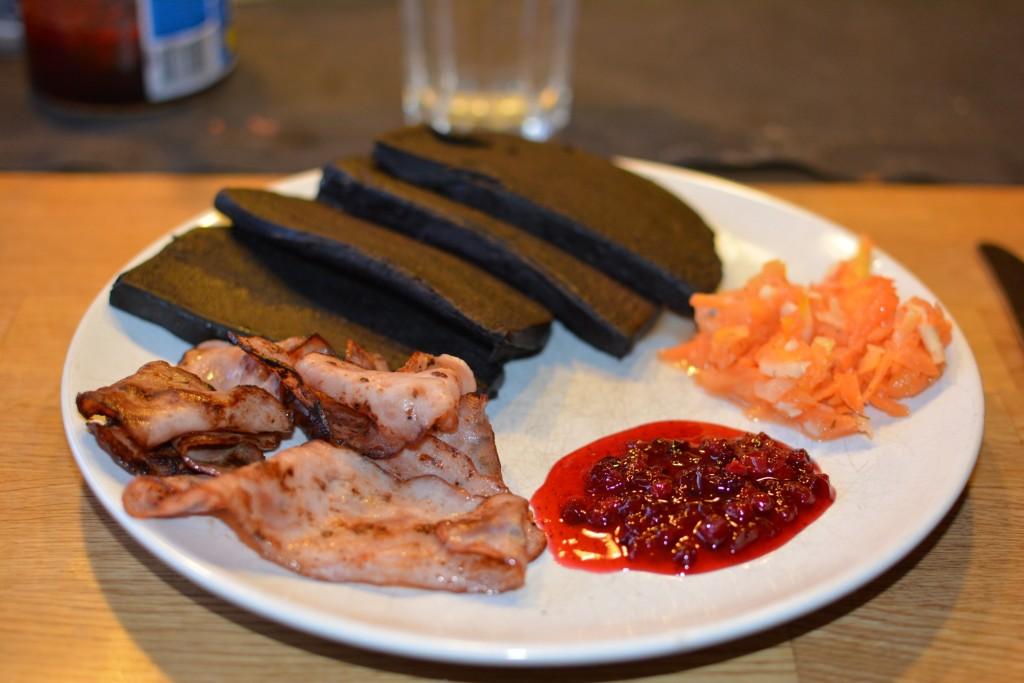 Knaprigt och gott kycklingbacon till blodpudding