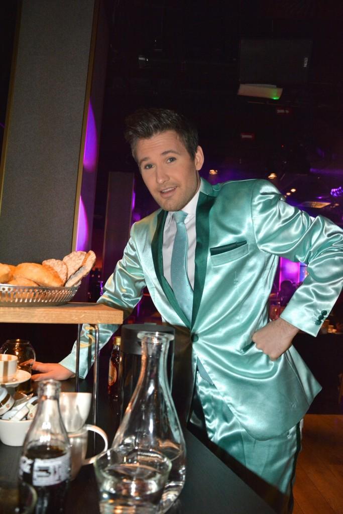 Erik, en av våra sjungande och showande servitörer.