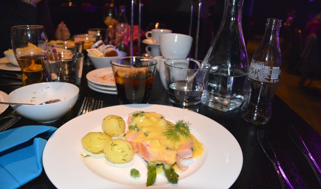 Pocherad lax med sparris, kokt potatis och tryffelhollandaise