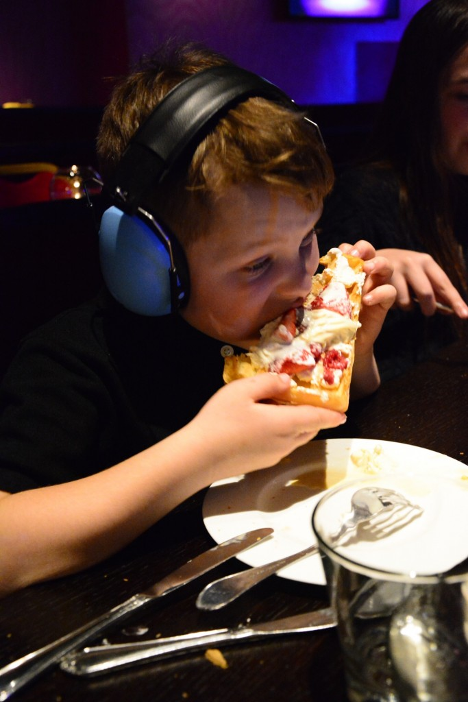 Gustaf har sitt eget speciella sätt att äta!