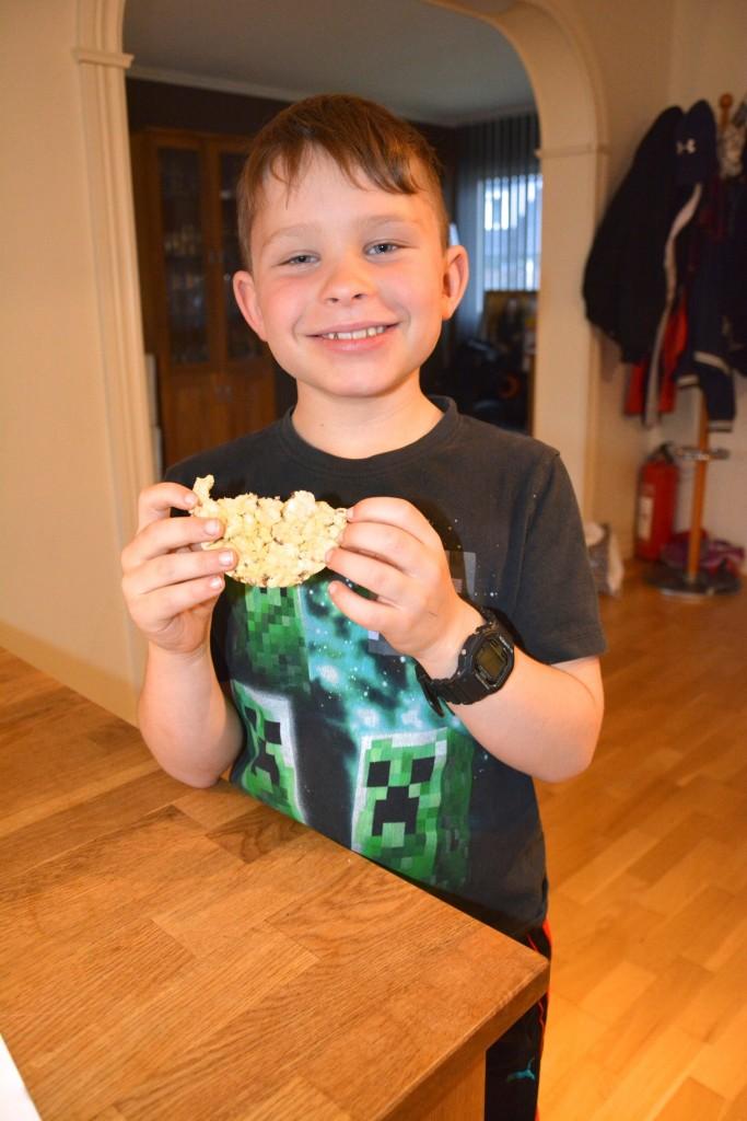 Gus älskar majskakor och äter det ofta mellan matcher på fotbolls- eller innebandyturneringar.