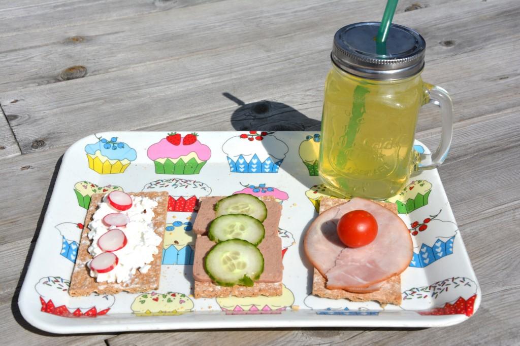 Superknäcke med goda toppings och ett glas saft ute i solen sitter inte fel!