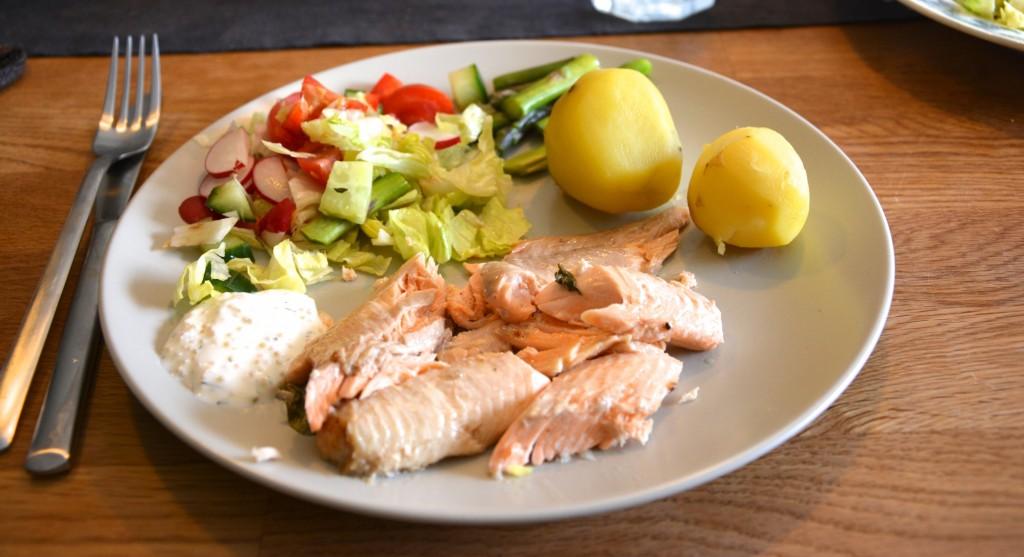 Röding med kokt potatis, grönsaker och sås - fisk när den är som bäst!