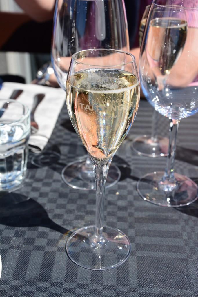 Ett glas iskall, bubblande, äkta champagne (Tatttinger)