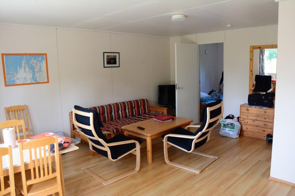 Två sovrum, vardagsrum, kök och badrum i vår 42 kvadratmeter stora stuga. Plus altan och uteplats såklart!