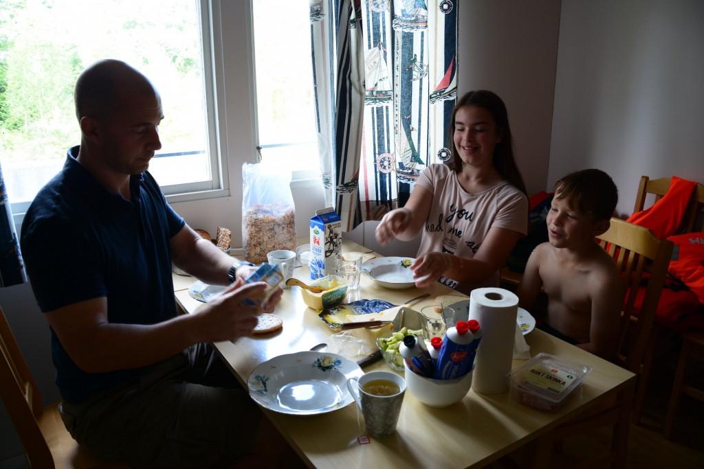 Frukost åt vi  varje dag i stugan.