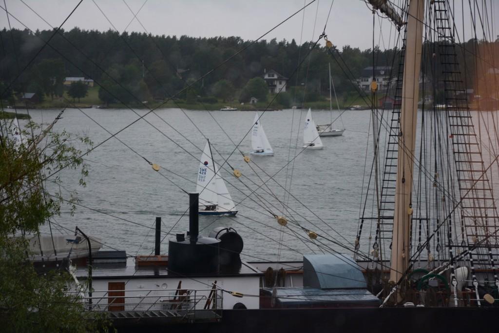 Härligt att se alla båtar passera utanför restaurangfönstret.