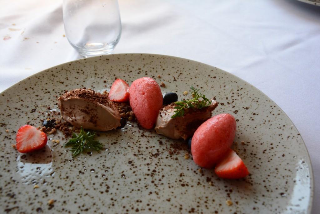 Mjölkcholkadmousse med sorbet på färska jordgubbar.
