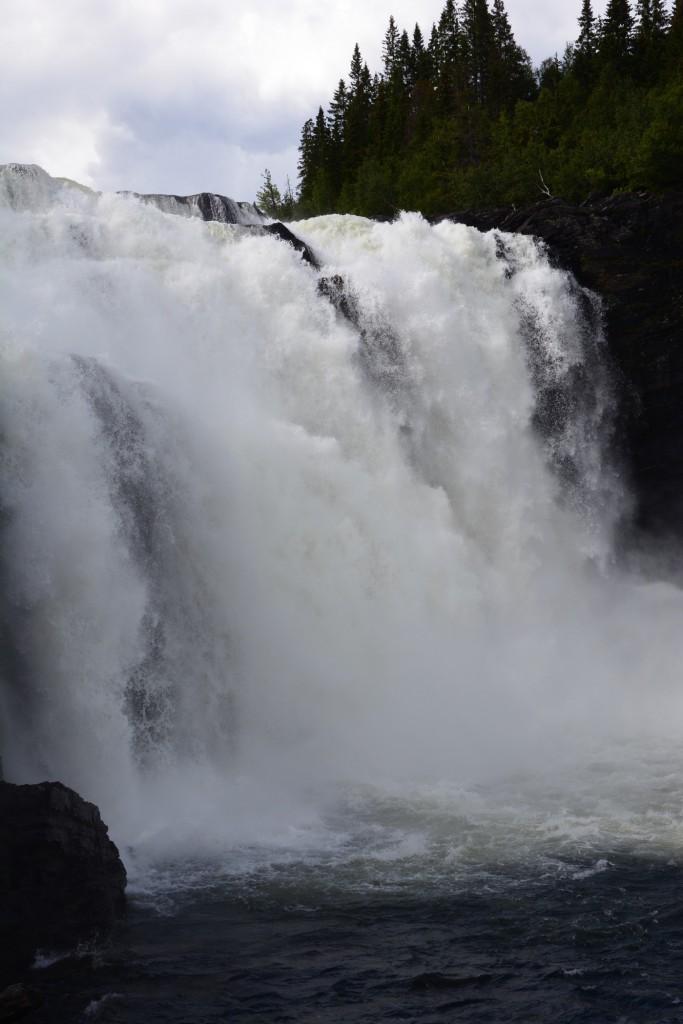 Här ser man hela det mäktiga vattenfallet!