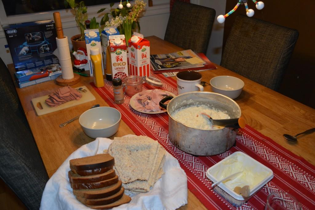 Klassisk frukost med risgrynsgröt och skinksmörgåsar.