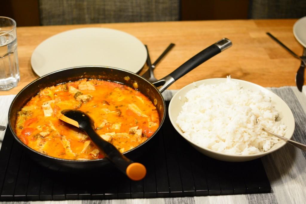Thaiinspirerad gryta med kyckling, broccoli och tomater som serveras med jasminris.