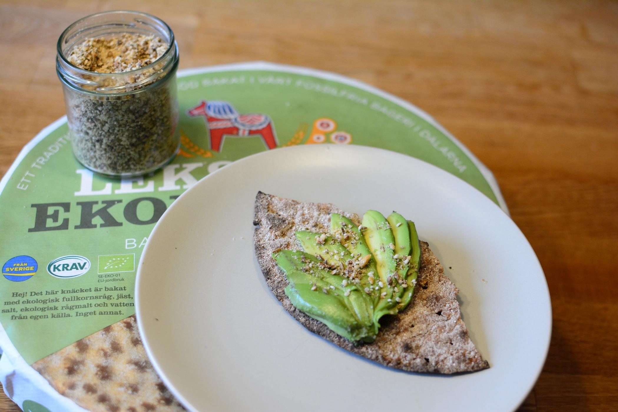 avokado på knäckebröd