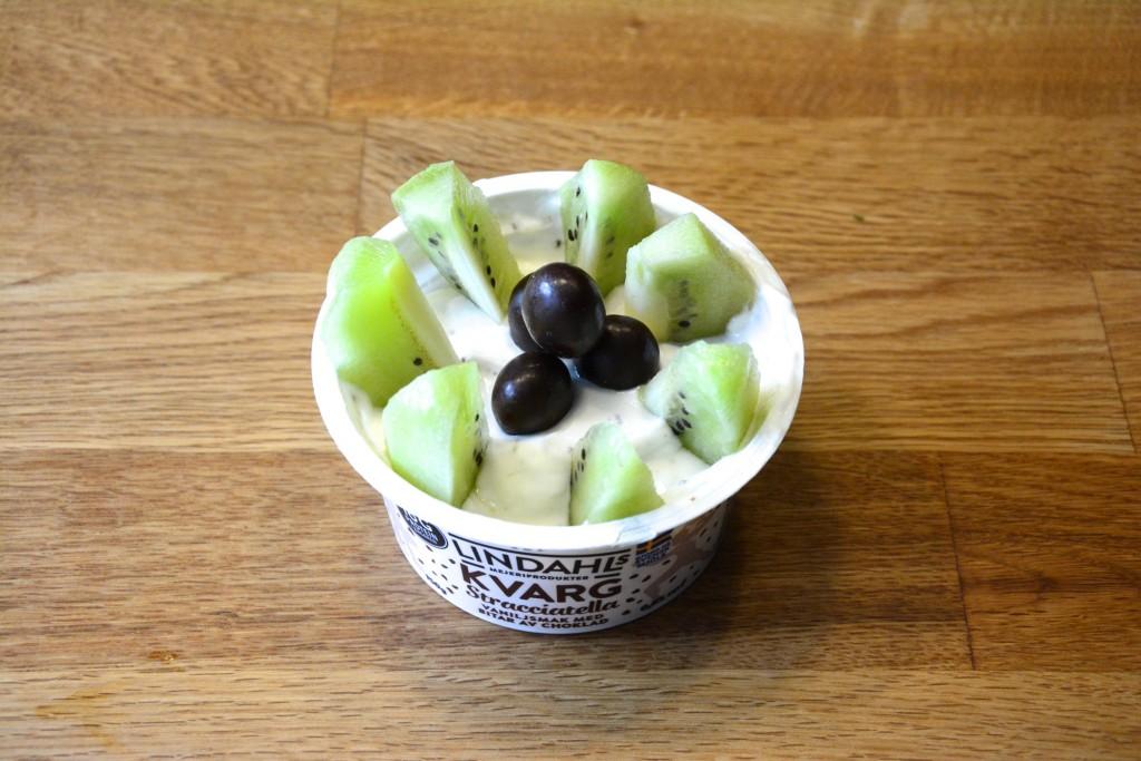 Hacka i sockerfri choklad och toppa med frukt och raw chokladdoppade mandlar!