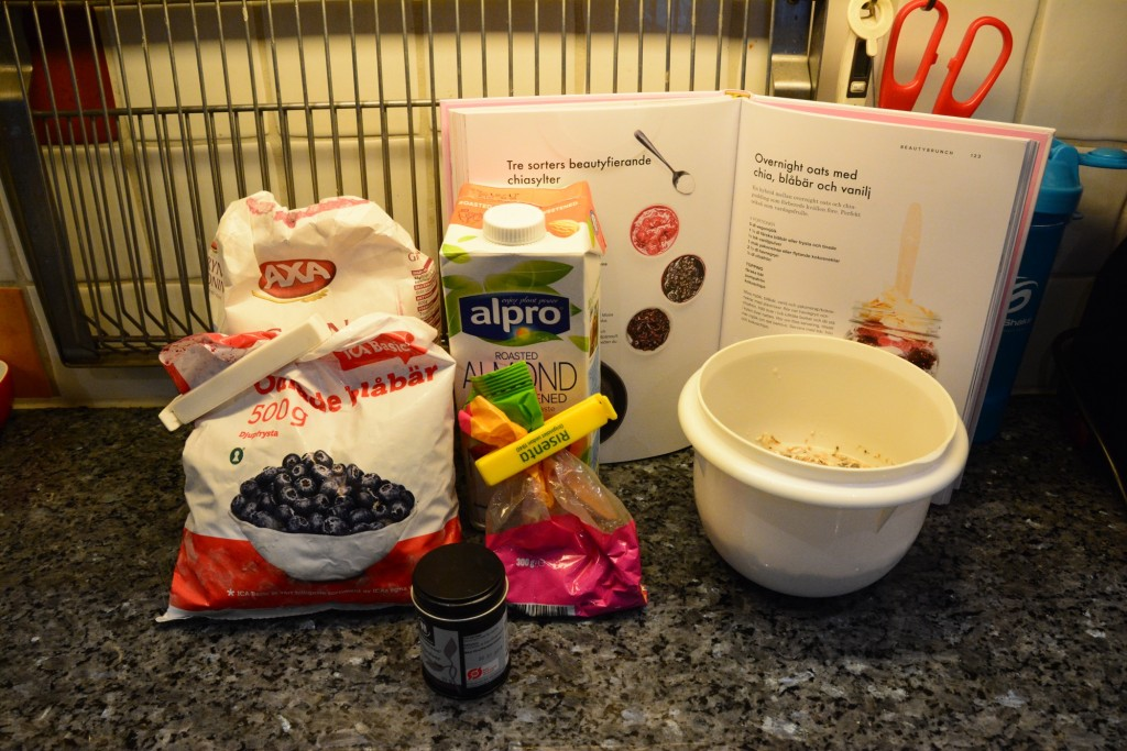 Ingredienser till en overnight oats med chia, blåbär och vanilj.