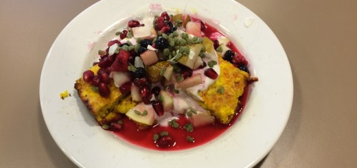 Saffransostkaka med kvarg, frukt, bär och chlorella crispies - sååå gott!
