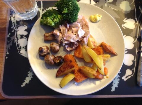 Kyckling med ugnsbakade grönsaker, broccoli och såser