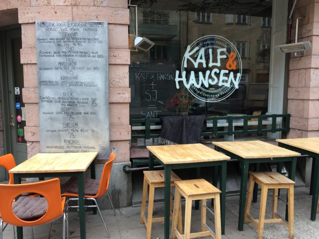 Om man vill njuta av Hornsgatans buller finns bord utställda utanför restaurangen.