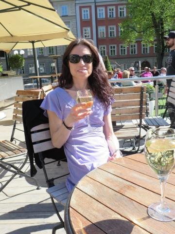 Ett varsitt glas vitt vin i solen på Gården