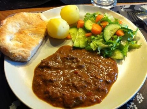 Gryta, potatis, bröd och grönsaker