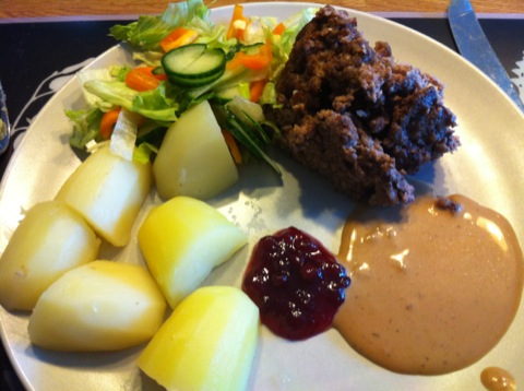 Köttfärslimpa, sås, potatis, grönsaker och sylt