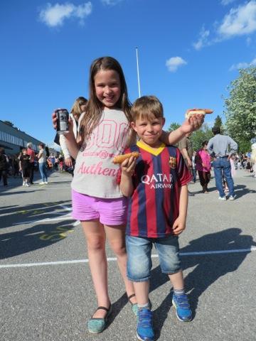 Glada barn på den årliga skolgårdsfesten!