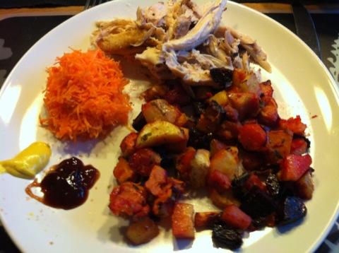 Grillad kyckling med ugnsbakade grönsaker, rivna morötter och såser