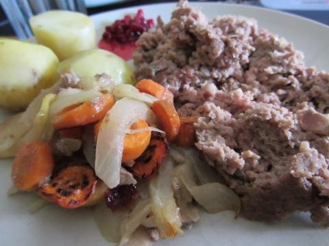 Köttfärslimpa med sås och grönsaker