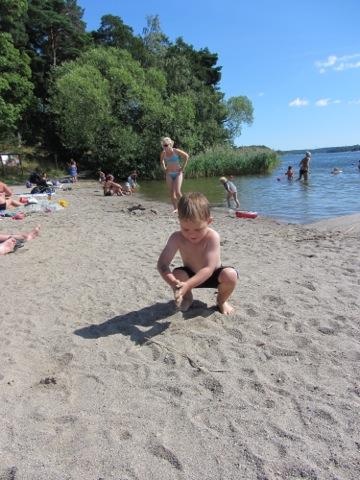 Gustaf leker i sanden på Kaananbadet