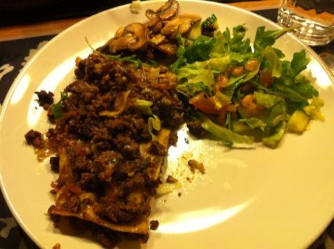 Viltlasagne serverad med sallad och svamp