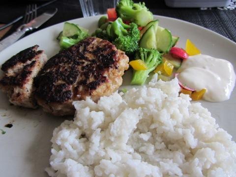 Kycklingbiffar med ris och sås