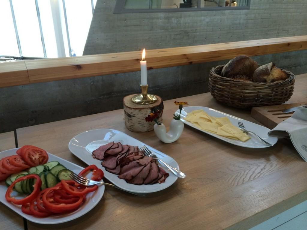 Hembakat bröd och goda pålägg till frukost