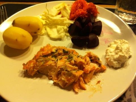 Ugnsbakad lax, potatis, fetaoströra och grönsaker