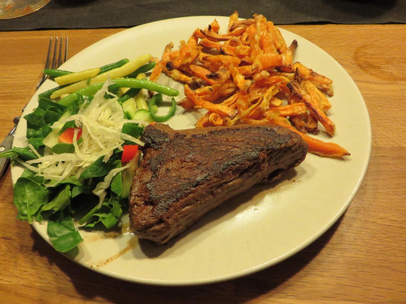 Strutsbiff, sötpotatispommes och grönsaker