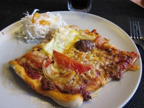 Första biten hemgjord pizza